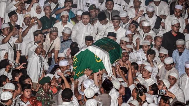Arifin Ilham dimakamkan di Pondok Pesantren Az-Zikra Gunung Sindur di dekat sebuah pohon kendondong yang ditanamnya sendiri. (ANTARA FOTO/Muhammad Iqbal/ama)