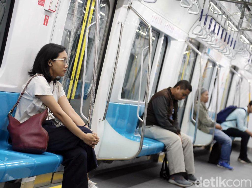Sejumlah penumpang nampak kembali menggunakan MRT untuk menuju ke pusat kota usai sebelumnya ditutup akibat aksi 22 Mei 2019.