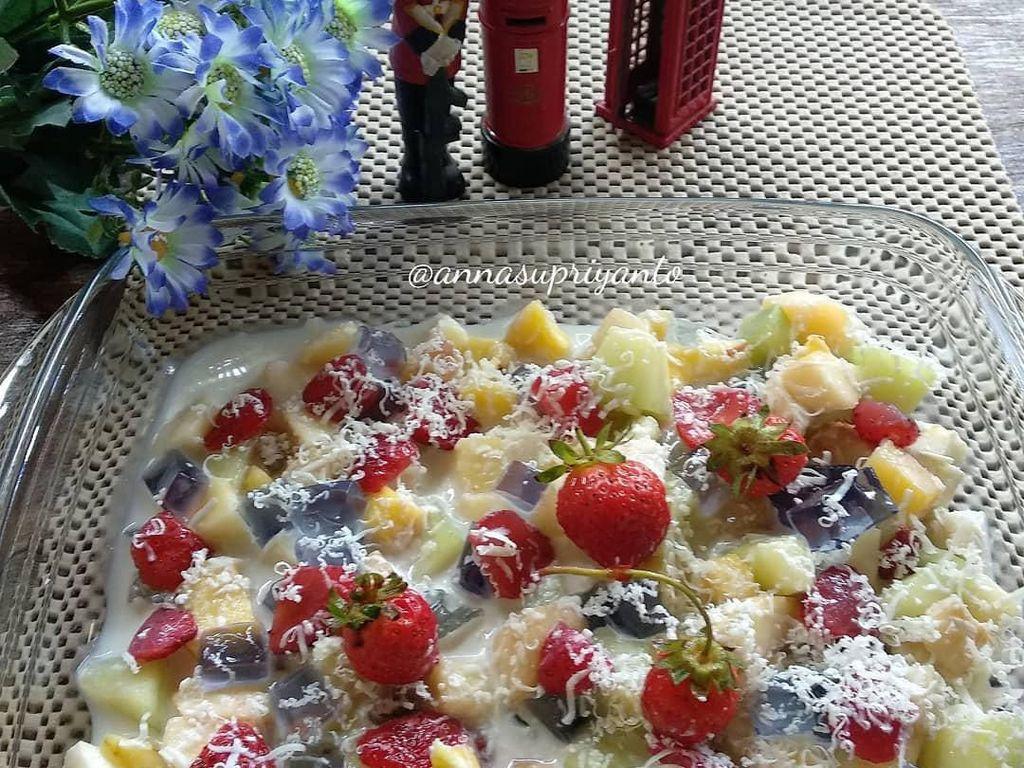 Meracik salad buah sangat mudah. Karenanya Anda bisa mengandalkan salad buah sebagai sajian menu buka puasa untuk para tamu. Foto: Instagram annasupriyanto