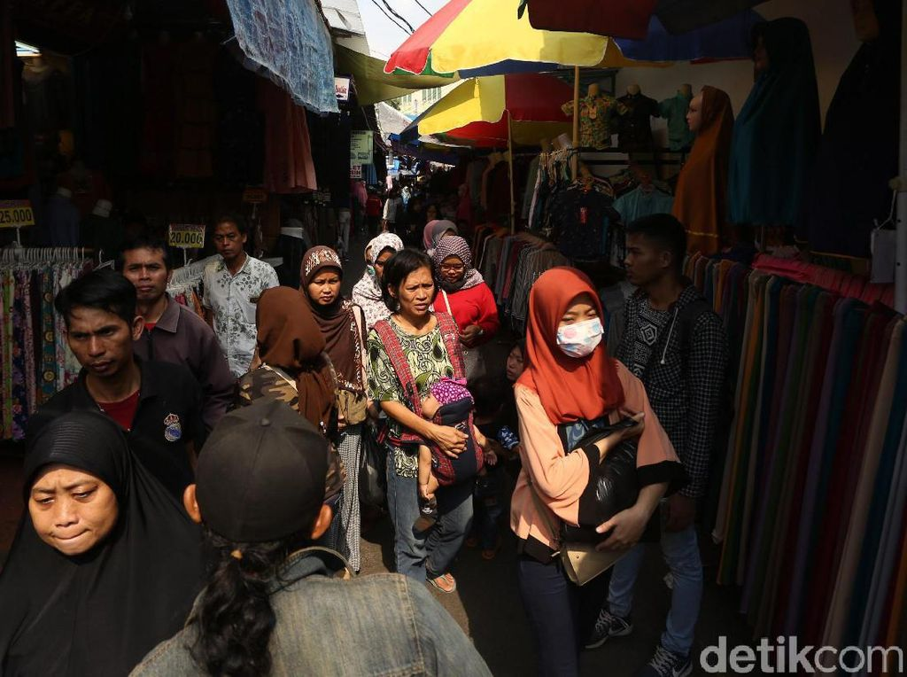 Suasana aktivitas jual beli di lapak pedagang kaki lima kawasan Jatibaru, Tanah Abang, Jakarta, Jumat (24/5/2019).