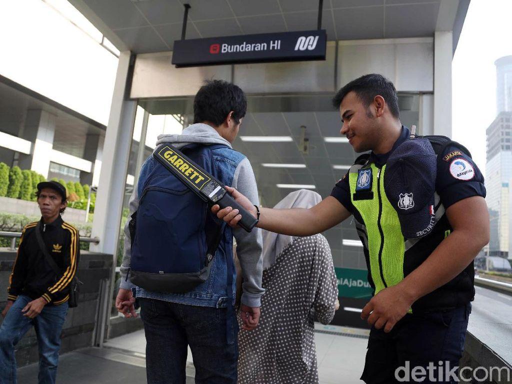 Sejumlah petugas keamanan nampak berjaga di stasiun MRT.
