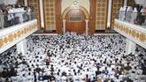 Ribuan jemaahmenyalatkan jenazah Arifin Ilham di Masjid Az-Zikra, Sentul, Babakan Madang, Kabupaten Bogor, Jawa Barat.Almarhummeninggal dunia pada usia 49 tahun karena sakit. ANTARA FOTO/Arif Firmansyah/aww.