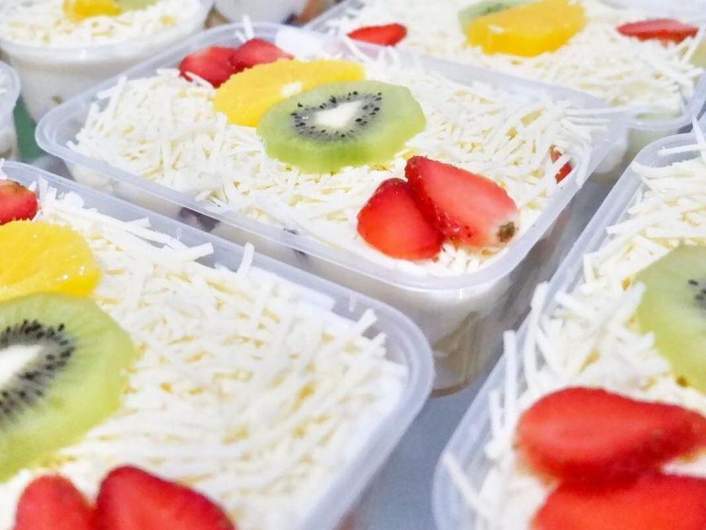 Kemasan salad buah yang cantik bikin siapapun ngiler. Kamu lebih suka meracik sendiri apa beli nih? Foto: Instagram saladnya.mamiya