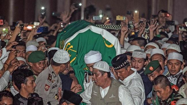 Di Pondok Pesantren Az-Zikra Gunung Sindur, jenazah Arifin Ilham kembali disalatkan sebelum dimakamkan di tempat yang telah disediakan. (ANTARA FOTO/Muhammad Iqbal/ama)