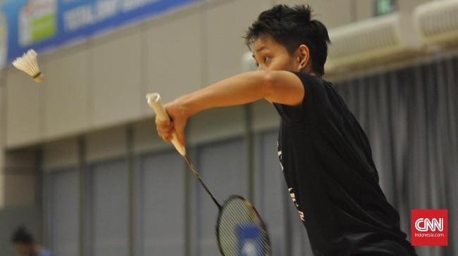 Apriyani Rahayu yang berhadapan dengan Jonatan bermain dengan penuh semangat saat memukul shuttlecock dengan tangan kiri. (CNNIndonesia/ Putra Permata Tegar Idaman)