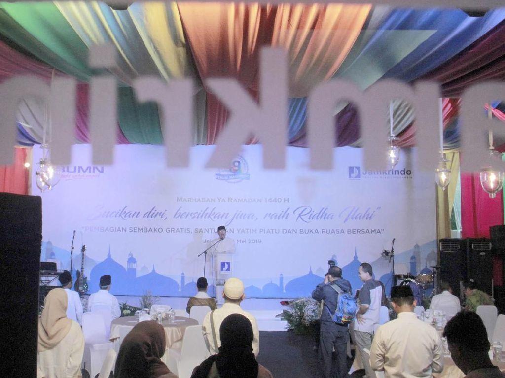 Hadir dalam acara tersebut Direktur Utama Perum Jamkrindo Randi Anto disela acara santunan. Selain dilaksanakan di kantor pusat, kegiatan sosial Ramadan yang dikemas dalam kegiatan Safari Ramadan itu juga dilaksanakan di 9 kota di berbagai daerah. Foto: dok. Jamkrindo