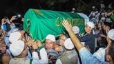 Dari Bandara Halim Perdanakusuma, jenazah dibawa ke Masjid Az-Zikra, Sentul untuk disalatkan. Di sana ribuan jemaah dan santri menyambut kedatangan jenazah. (ANTARA FOTO/Arif Firmansyah/aww)