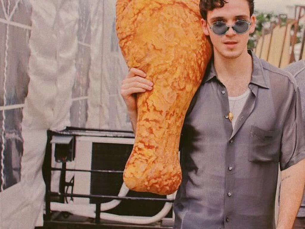 Ari Staprans Leff atau Lauv dikenal sebagai penyanyi asal Amerika, yang memulai debutnya pada tahun 2015 lalu. Pelantun lagu I Like Me Better ini ternyata penggemar fried chicken lho, hingga bantal bentuk ayamnya saja dia punya. Foto: Istimewa
