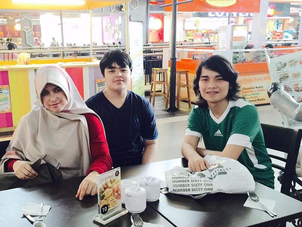 Bersama ibu kandung, Yuni Djamaluddin dan sang kakak, Muhammad Alvin Faiz, Ameer makan di foodcourt mall yang ada di wilayah Bogor. Kapan lgi coba jalan2 bareng mamah, tulisnya tahun 2015. Foto: Instagram ameer_azzikra