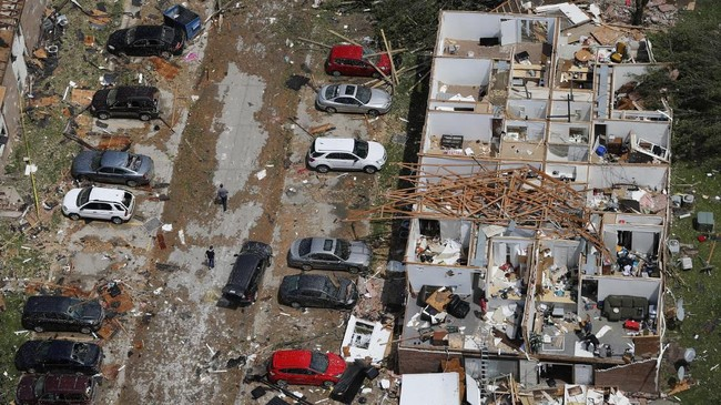 Bencana paling besar akibat cuaca buruk itu adalah badai yang menghantam kawasan Golden City, Missouri, di mana tiga orang tewas dan beberapa lainnya terluka. (AP Photo/Jeff Roberson)