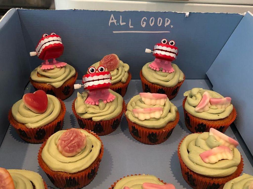 Cupcakes dengan gambar gusid an gigi terlihat lucu bukan malah tampak menyeramkan. Foto: Instagram@iamlenaheadey