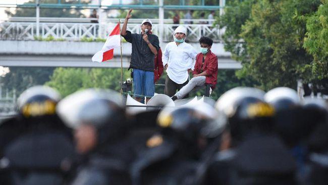 Gaung Lagu Ganti Presiden di Aksi Kawal Sidang Perdana MK