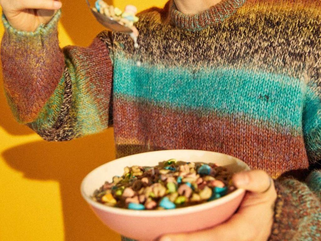 Di salah satu sesi pemotretan, penyanyi kelahiran San Francisco ini berpose dengan semangkuk sereal warna-warni dengan susu di dalamnya. Foto: Istimewa