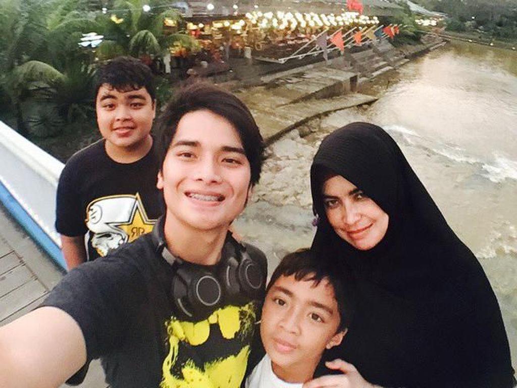 Masih bersama keluarganya, kali ini mereka memilih sebuah restoran tradisional yang ada di wilayah Sentul, Bogor. Jarang2 makan bareng keluarga, tulis Ameer seraya menulis tagar senang. Foto: Instagram ameer_azzikra