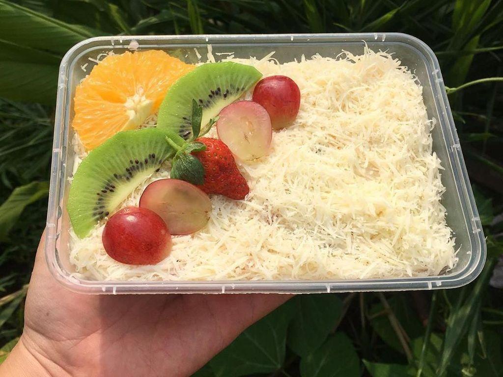 Salad buah juga cocok jadi bingkisan atau hantaran. Dijamin bikin siapapun yang menerimanya senang karena ada limpahan parutan keju cheddar. Foto: Instagram buy_salad