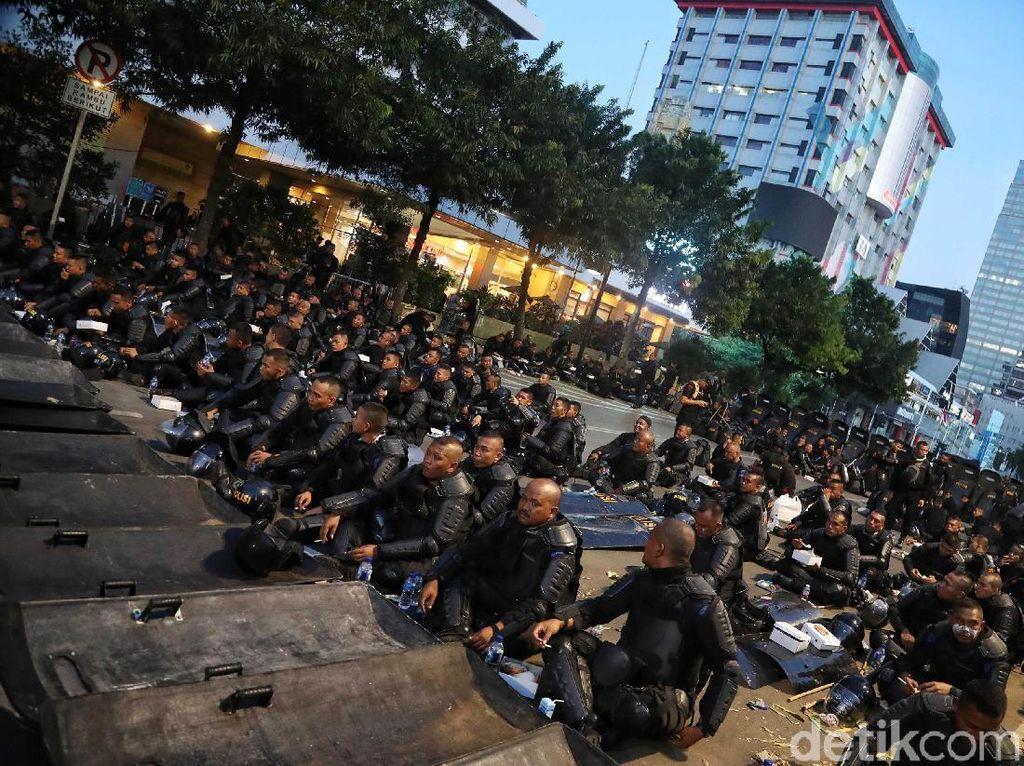 Para personel Brimob buka puasa bersama di Jalan Thamrin, tepatnya di depan gedung Bawaslu, Jumat (24/5/2019).