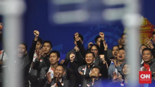 Para pemain Indonesia memberi dukungan untuk Praven/Melati yang sangat diharapkan bisa memberi Merah Putih kemenangan untuk lolos ke semifinal Piala Sudirman 2019. (CNN Indonesia/Putra Permata Tegar Idaman)