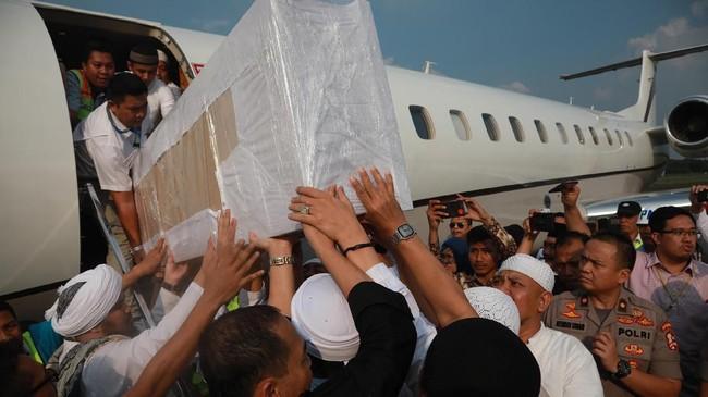 Jenazah Muhammad Arifin Ilham diterbangkan dari Malaysia dan mendarat di Bandara Halim Perdanakusuma, Jakarta. Arifin Ilham meninggal dunia di Penang, Malaysia pada Rabu 22 Mei 2019 pukul 23.20 waktu setempat karena sakit kanker. (ANTARA FOTO/Deka Wira/sgd/nz)