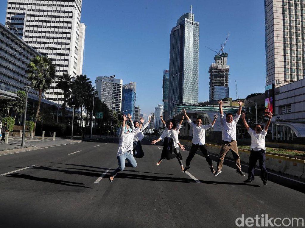 Sejumlah warga foto bersama dengan latar belakang gedung pencakar langit Jakarta.