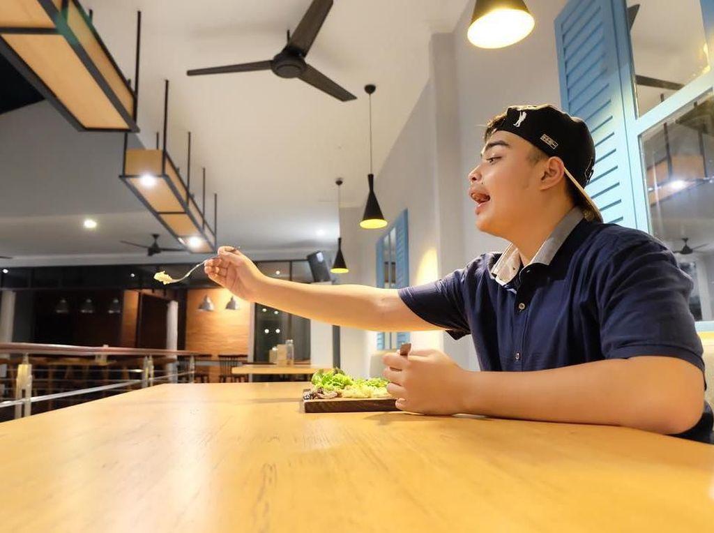 Jadi Bos Madu, Putra Ustaz Arifin Ilham Kerap Bagikan Kulineran A la Jomblo