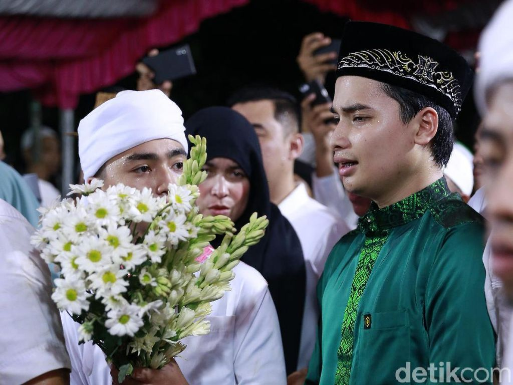 Alvin, putra Ustaz Arifin Ilham tampak tegar kala melepas ayahandanya itu.Pool/Palevi S/detikFoto.