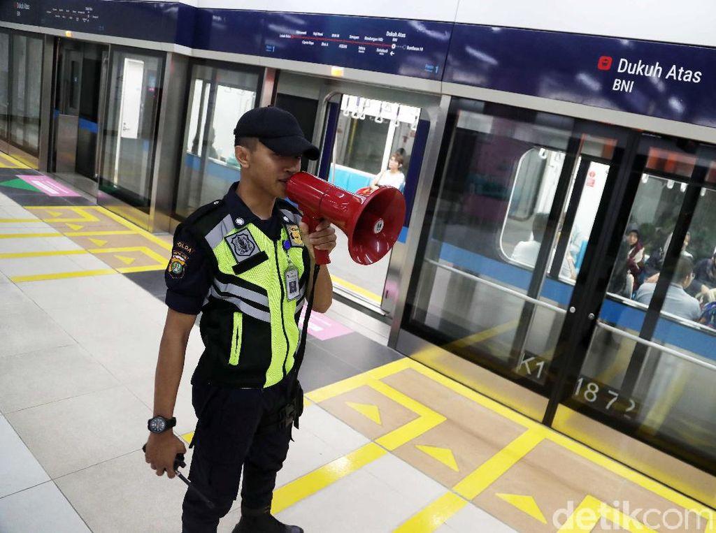 Ada tiga stasiun MRT di Jakarta Pusat yang ditutup sejak Rabu sore (22/5/2015), yaitu Stasiun MRT Setiabudi Astra, Stasiun Dukuh Atas, dan Stasiun Bundaran HI.