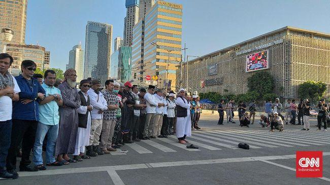 Sekelompok Orang Salat Gaib di Jalan Thamrin Petang Ini