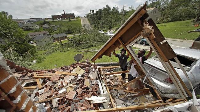 Sebelumnya, tornado yang menghantam Iowa menewaskan satu orang. (AP Photo/Charlie Riedel)