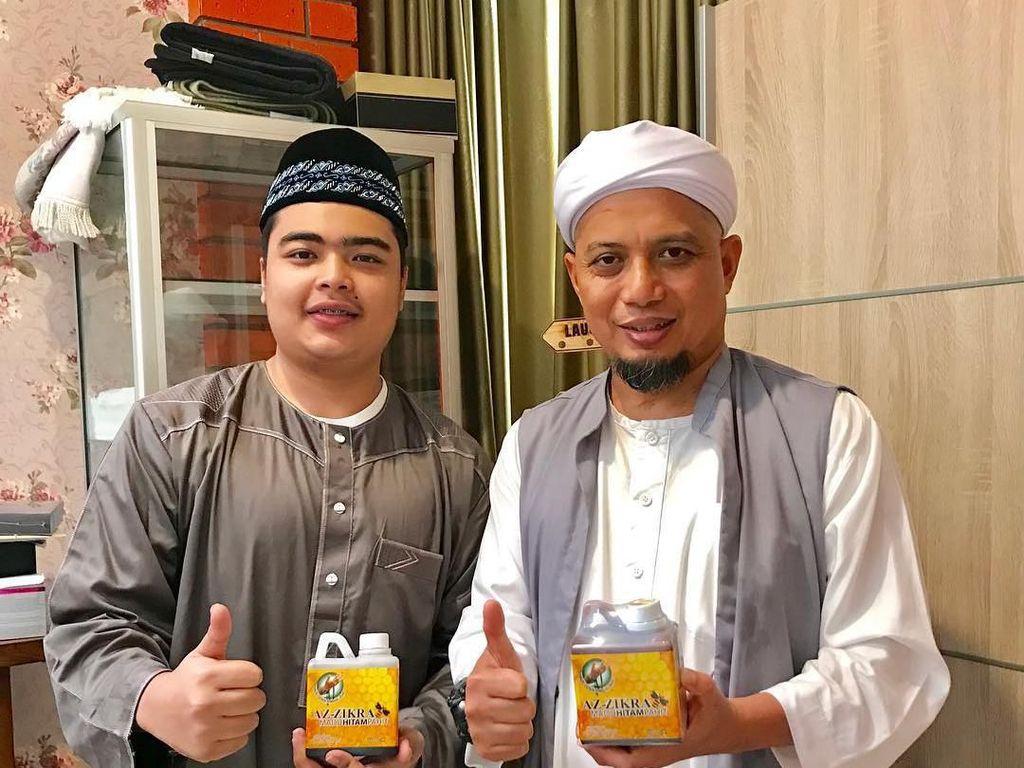 Di Instagram pribadinya, adik kandung Muhammad Alvin Faiz ini menyebut dirinya sebagai Boss Madu. Ternyata Ameer memang memiliki usaha madu kemasan bernama Madu Azzikra. Foto: Instagram ameer_azzikra