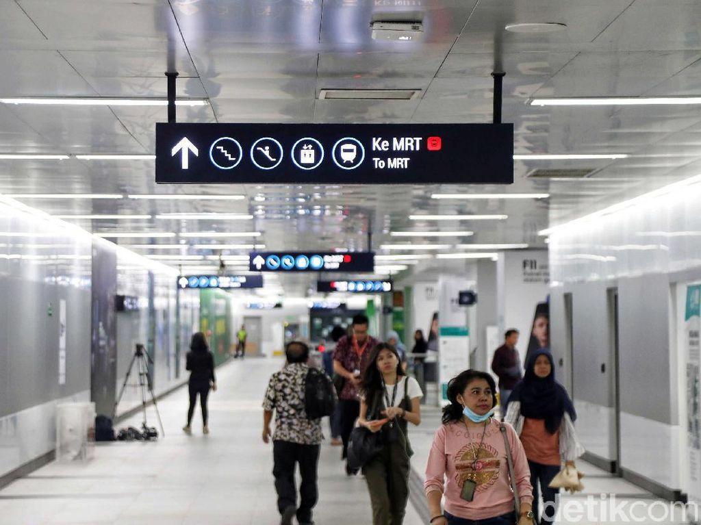 Sejumlah pengunjung nampak hilir mudik untuk menggunakan moda transportasi publik baru di Jakarta ini.