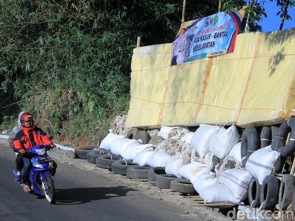 Potret Bantal-Kasur Keselamatan yang Dipasang di Jalur Mudik