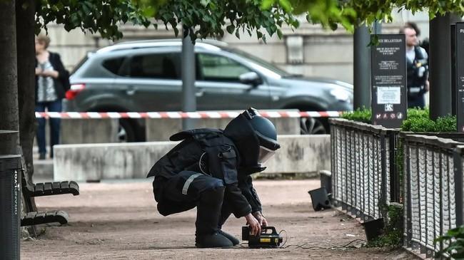 Insiden bermula ketika seorang pria meletakkan satu koper berisi bahan peledak dengan sekrup dan baut di depan satu toko kue di Lyon sekitar pukul 17.30. (AFP Photo/Philippe Desmazes)