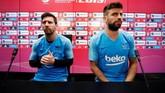 Lionel Messi dan Gerard Pique menjalani sesi konferensi pers dalam rangkaian jelang final Copa del Rey. (REUTERS/Albert Gea)