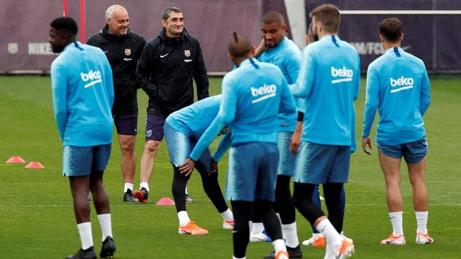 Di tengah isu pemecatan, Ernesto Valverde memberikan instruksi kepada para pemain Barcelona. (REUTERS/Albert Gea)