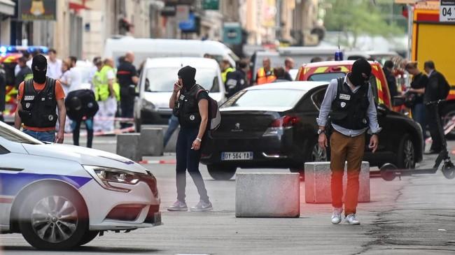 Tak lama setelah pria itu meninggalkan lokasi, bom meledak di depan restoran yang terletak di antara Saone dan Sungai Rhone tersebut. (AFP Photo/Philippe Desmazes)