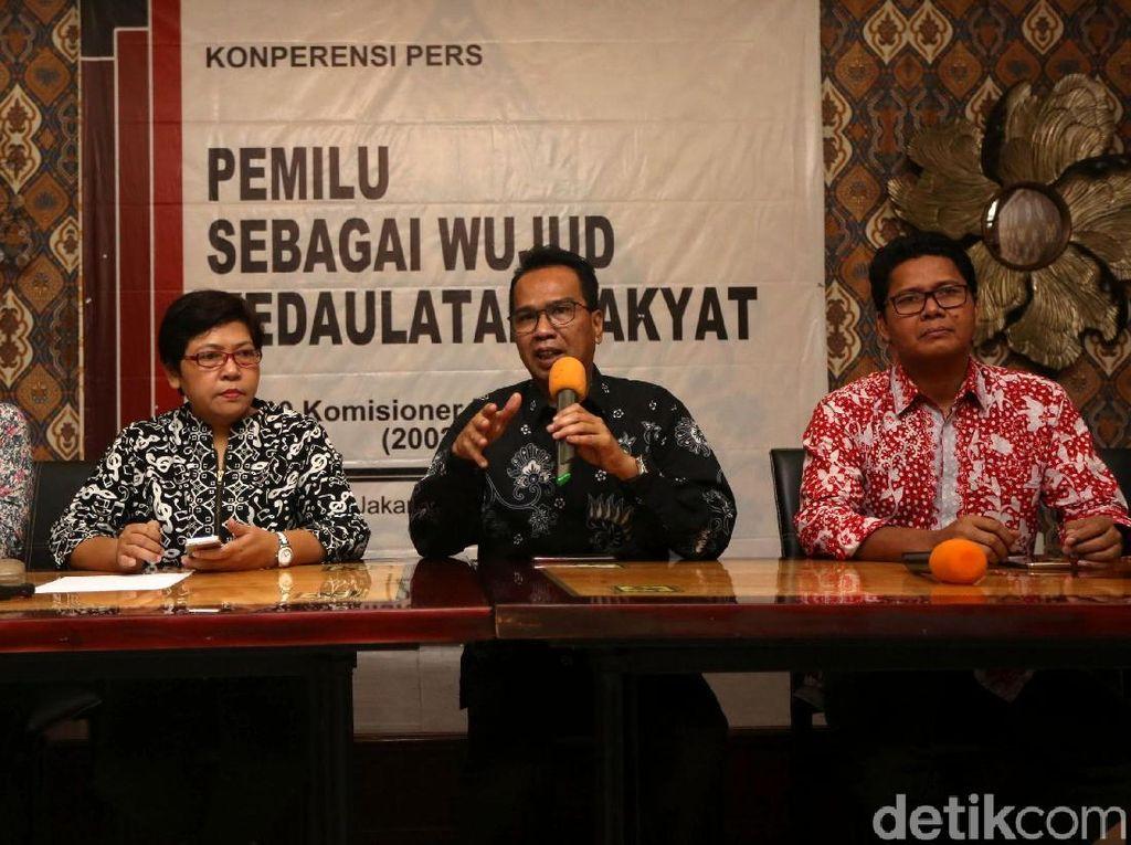 Keterangan pers itu dihadiri oleh sejumlah mantan komisioner Komnas HAM diantaranya Roichatul Aswindag, Siti Noor Laila, Ifdhal Kasim, dan Imdadun Rahmat.