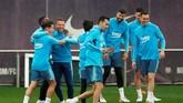 Di tengah tekanan meraih gelar juara, canda tawa para pemain Barcelona masih terlihat dalam sesi latihan. (REUTERS/Albert Gea)