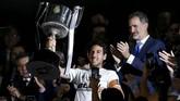 Kapten Valencia Dani Parejo merayakan gelar Copa del Rey setelah menerima trofi dari Raja Spanyol Felipe VI. (REUTERS/Marcelo del Pozo)