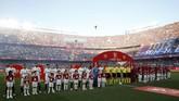 Para pemain Barcelona dan Valencia berbaris jelang final Copa del Rey 2019 di Estadio Benito Villamarin. (REUTERS/Marcelo del Pozo)