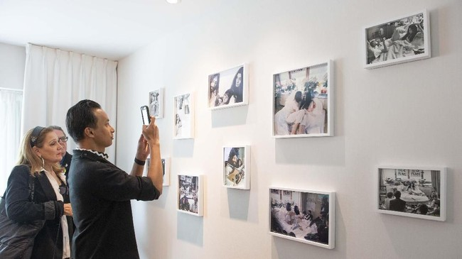 Pengunjung kamar 1742 mencoba mengabadikan foto-foto pose Lennon dan istrinya di tempat tidur. (Sebastien St-Jean / AFP)