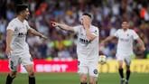 Valencia unggul dua gol di babak pertama dan mencetak gol pertama melalui Kevin Gameiro pada menit ke-21 setelah menerima umpan Jose Gaya. (REUTERS/Jon Nazca)
