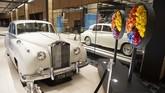 Sebuah mobil replika Rolls-Royce yang pernah dimiliki musisi John Lennon ambil bagian dalam pameran. (Sebastien St-Jean/AFP)