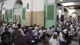 Umat Islam berdoa di Masjid Sunan Ampel dan berharap mendapatkan berkah malam Lailatul Qadar. (ANTARA FOTO/Zabur Karuru)