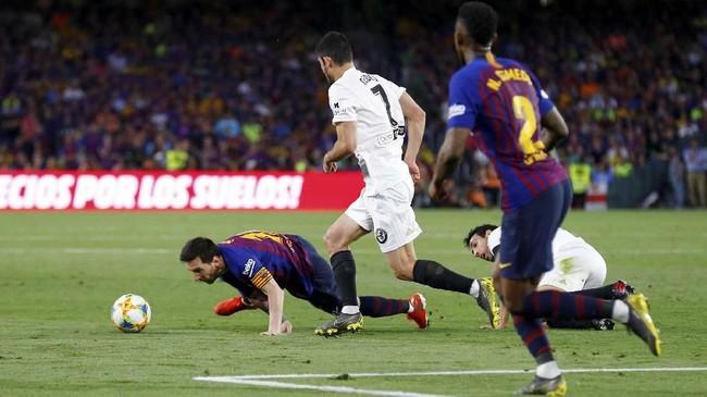 Lionel Messi yang dua kali menyelamatkan Barcelona dari kekalahan melawan Valencia musim ini mendapat kawalan ketat dari para pemain Los Che. (REUTERS/Marcelo del Pozo)