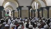 Umat Islam berdoa di Masjid Sunan Ampel dengan menjaga ketertiban. (ANTARA FOTO/Zabur Karuru)