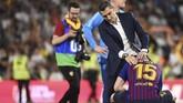 Pelatih Barcelona Ernesto Valverde berusaha menghibur bek Clement Lenglet usai dikalahkan Valencia. Posisi Valverde sebagai pelatih Barcelona dalam ancaman. (JOSE JORDAN / AFP)