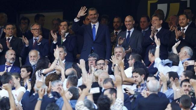 Raja Spanyol Felipe VI melambai tangan sebelum final Copa del Rey 2019 antara Barcelona vs Valencia. (REUTERS/Marcelo del Pozo)