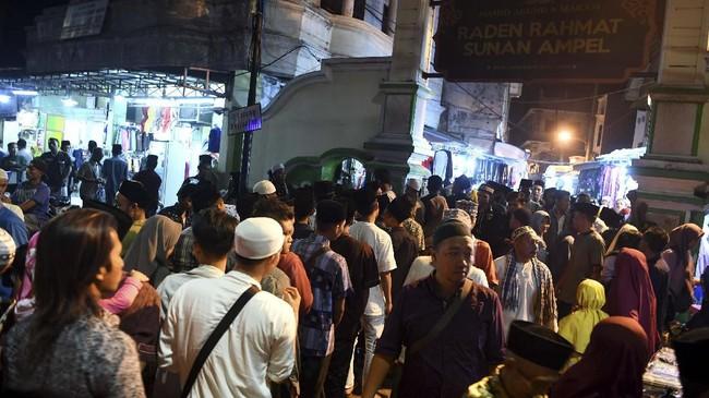 Pada malam ke-21 bulan Ramadan, kawasan Masjid dan Makam Sunan Ampel tersebut ramai dikunjungi umat muslim untuk beribadah dan berharap mendapatkan berkah malam Lailatul Qadar. (ANTARA FOTO/Zabur Karuru)