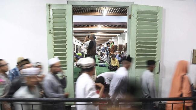 Peristirahatan terakhir Sunan Ampel dipenuhi warga peziarah. Merek hilir-mudik terutama di Lawang Agung. (ANTARA FOTO/Zabur Karuru)