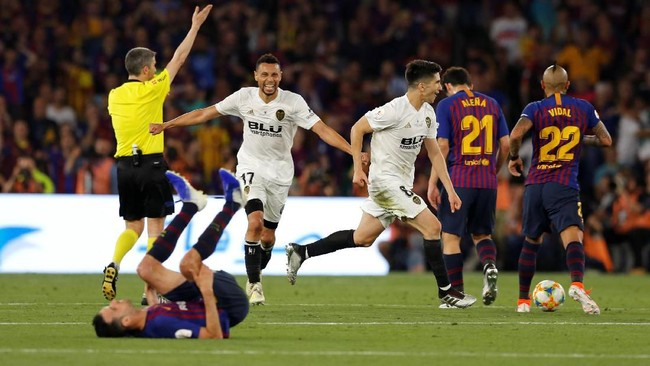Para pemain Valencia berlarian merayakan kemenangan 2-1 atas Barcelona pada final Copa del Rey 2019. (REUTERS/Marcelo del Pozo)